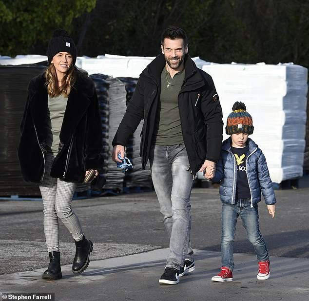 Salida: La actriz de Coronation Street, Samia Longchambon, visitó su centro de jardinería local con su esposo Sylvain y su hijo Yves el viernes.