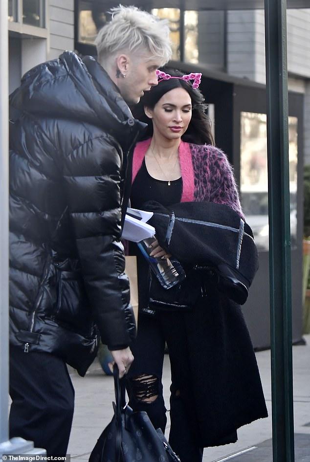 Dos de una clase: Megan Fox usó un anillo en su dedo de compromiso mientras se dirigía a los ensayos de SNL con su novio Machine Gun Kelly el jueves.