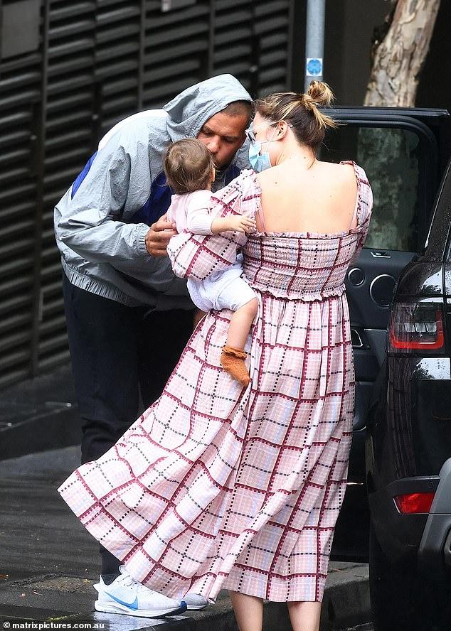 Padres cariñosos: el jueves, Buddy y Jesinta Franklin fueron vistos adorando a su hija de 11 meses, Tullulah, antes de que la estrella de Sydney Swans se fuera a hacer recados.