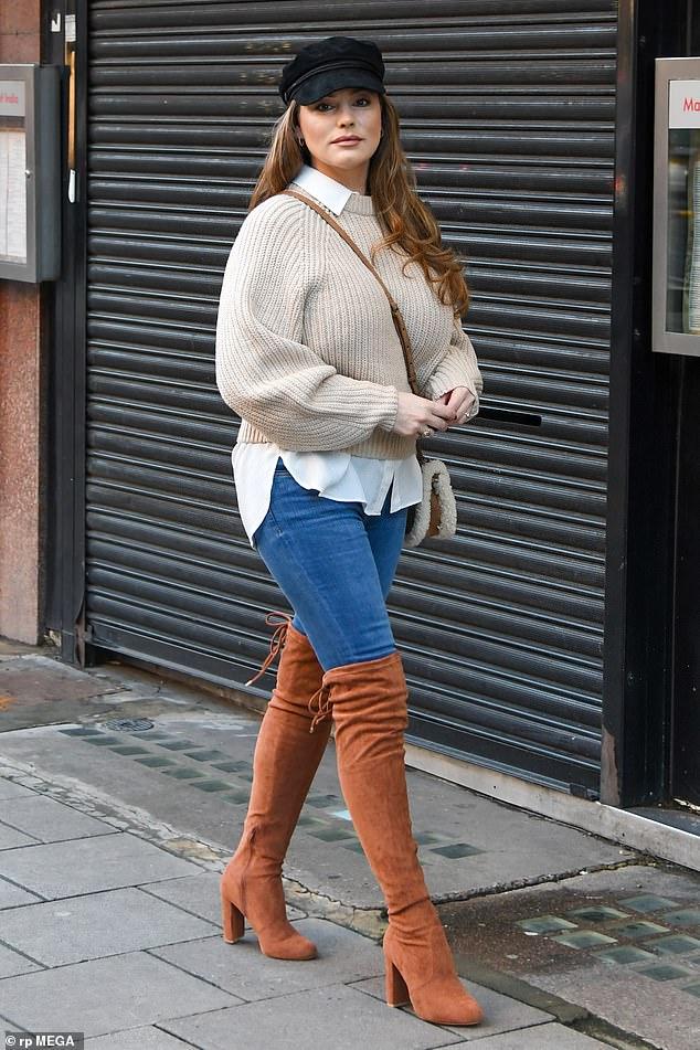 Estilo: Kelly Brook lució sensacional con un elegante jersey y un sombrero de panadero cuando llegó a trabajar a Heart Radio en Londres el viernes.