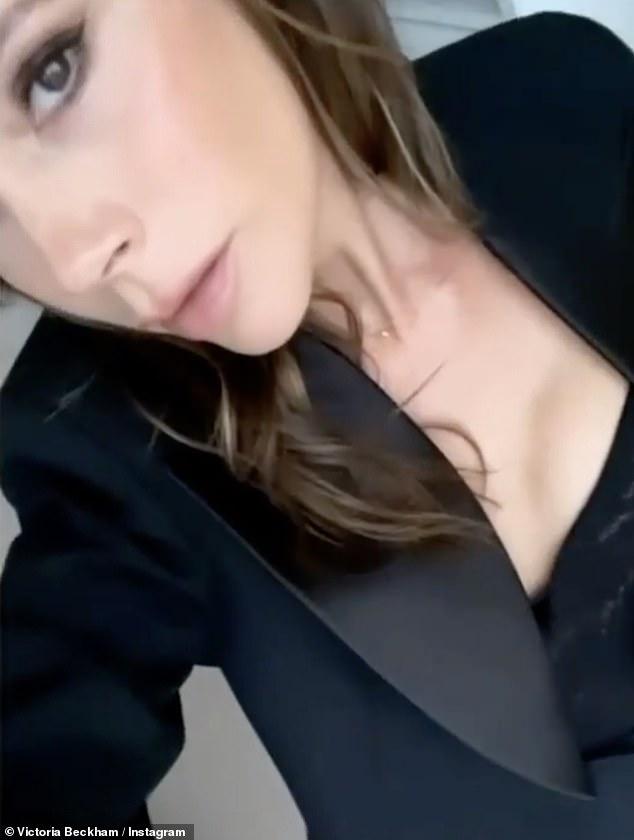 Glamour: Victoria Beckham, de 46 años, rezumaba glamour mientras posaba en una de sus propias creaciones de alta gama para su última carga de Instagram, el viernes.