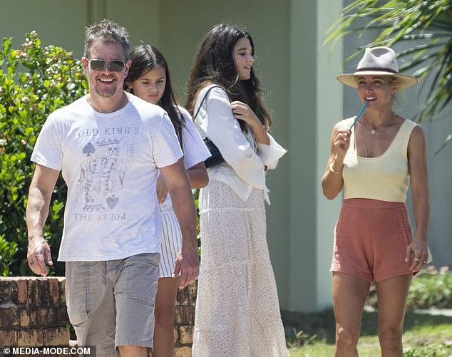 ¡Libertad por fin!  Matt Damon, de 50 años, y su familia pasaron su primer día fuera de la cuarentena tomando el sol con su amiga Elsa Pataky, y sus hijos, en Lennox Head, el domingo.