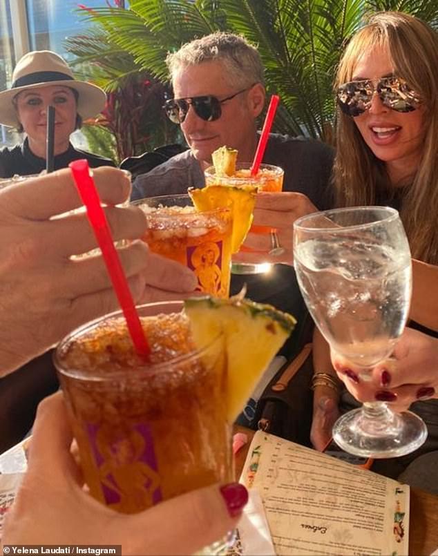 COVIDiots: Kelly Dodd pareció burlarse de las precauciones de COVID-19 mientras recientemente bebía en un restaurante lleno de gente en Newport Beach, California