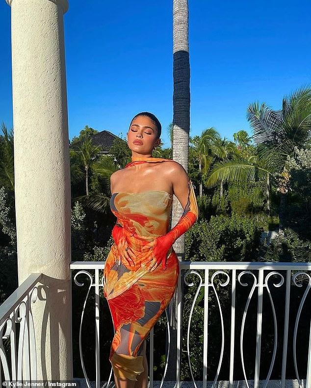 Elegante: Kylie Jenner fue el epítome de la elegancia mientras se sumergía en el sol de las Islas Turcas y Caicos con un impresionante vestido el domingo.