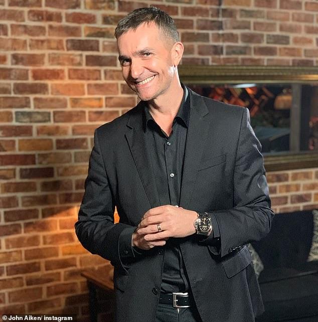 Dentro de la casa de John Aiken: el experto en relaciones Married At First Sight ha ofrecido a los fanáticos una mirada inusual dentro de su propiedad de $ 2.9 millones en North Sydney, incluida una obra de arte MUY extraña en su sala de estar