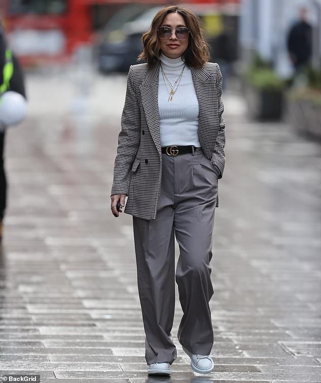 ¡Te acomoda!  Myleene Klass lucía cada centímetro como la elegante madre trabajadora cuando llegó a los estudios de Global Radio en el centro de Londres el martes antes de su programa Smooth.