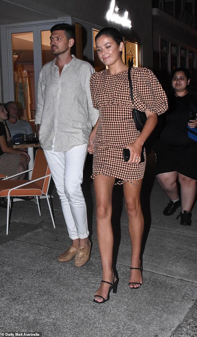 Noche de cita: Sophie Tieman anunció su compromiso con su novio tasador de propiedades en enero.  Y el viernes por la noche, la ex estrella de Bachelor y su nuevo prometido, conocido solo como Joe, estaban disfrutando de una glamorosa cena en Sydney.  Ambos en la foto