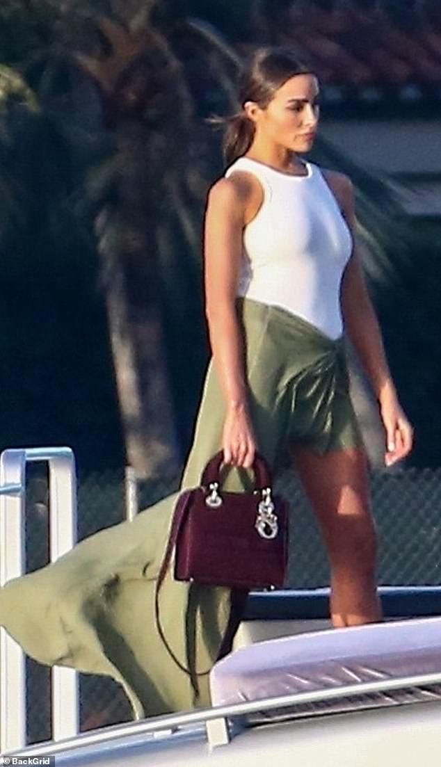 Diversión bajo el sol: Olivia Culpo pasó parte de su tarde del viernes en una fiesta en barco en Miami Beach