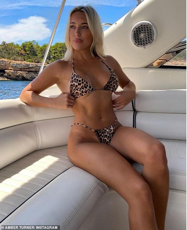 ¡Envía temperaturas al alza!  Amber Turner cautivó a sus seguidores de Instagram el sábado mientras lucía un brillante estampado de leopardo de dos piezas en una imagen de recuerdo de unas vacaciones en España.