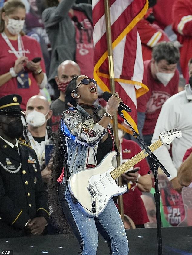 Flawless: la cantante ganadora del Grammy HER impresionó al público con una increíble interpretación de rock de America the Beautiful en el Super Bowl LV el domingo.