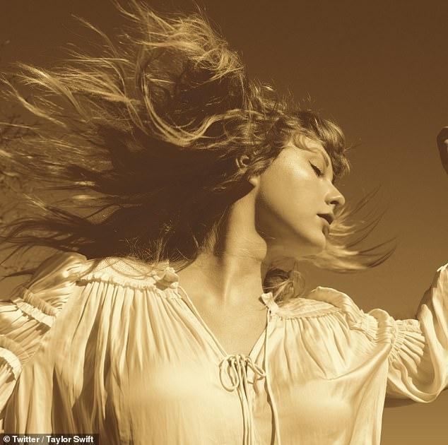 ¡Ella está de vuelta!  Taylor Swift ha revelado que está relanzando su álbum de 2008 Fearless con seis canciones inéditas después de que su rival Scooter Braun vendiera sus masters por $ 300 millones.