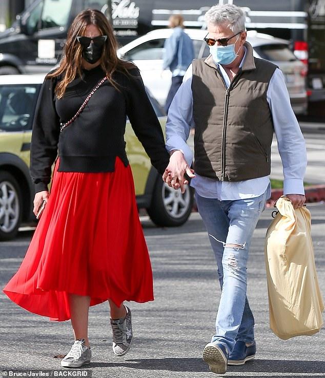 Dama de rojo: Katharine McPhee cubrió la panza de su bebé con una fluida falda roja de longitud media el domingo, mientras almorzaba durante una salida de San Valentín con el padre de su hijo por nacer en Los Ángeles.