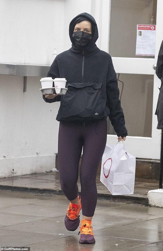 Fuera de casa: Lily Allen mostró una figura casual mientras tomaba un café durante un paseo en Notting Hill el lunes.