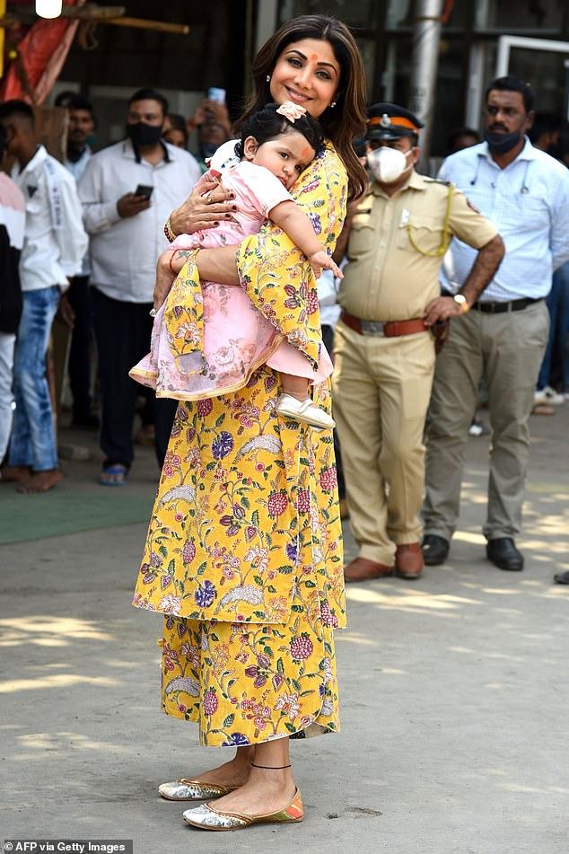 Impresionante: Shilpa Shetty, de 45 años, lucía radiante con un vestido amarillo mientras sostenía a su hija Samisha en sus brazos mientras visitaba el Templo Shree Siddhivinayak en Mumbai, India, el lunes.