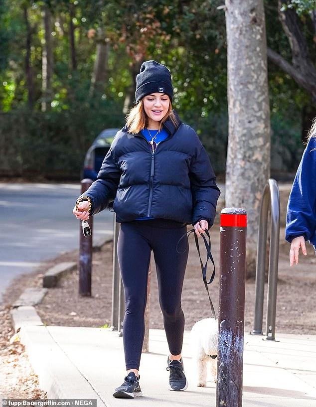 Mamá perro: Lucy Hale fue vista a dar un paseo y caminata en el área de Fryman Canyon de Los Ángeles el lunes