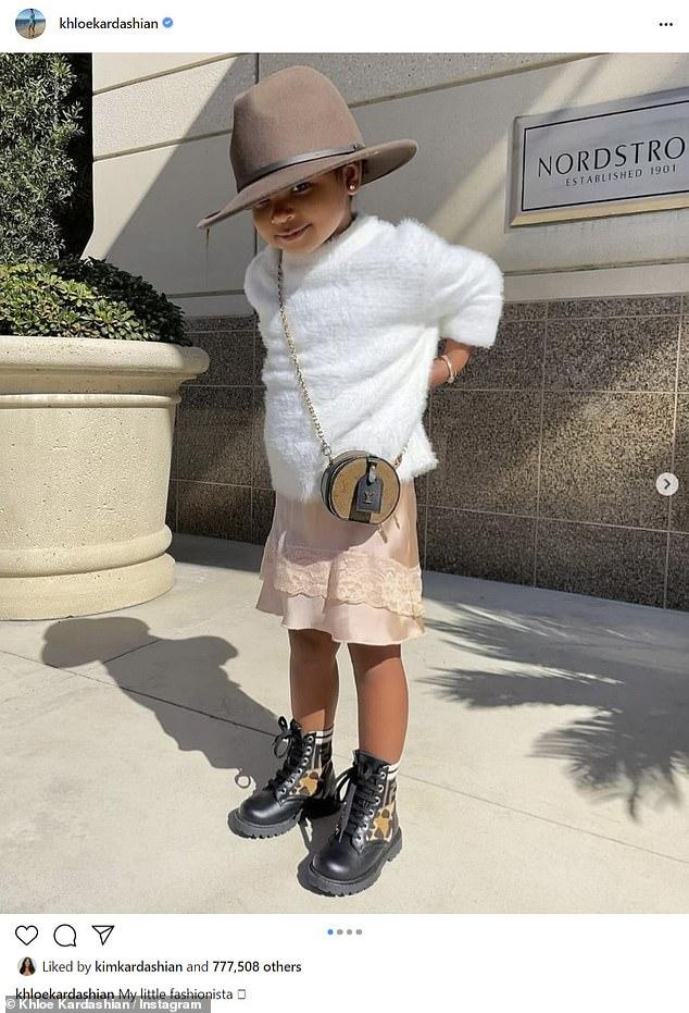 Triunfo de un niño pequeño: Khloe Kardashian elogió a su hija 'pequeña fashionista' True Thompson, de dos años, mientras posaba para una serie de adorables instantáneas de Instagram el lunes.
