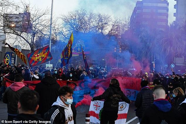 Un gran número de aficionados azulgrana han burlado las directrices del Covid para reunirse fuera del Camp Nou