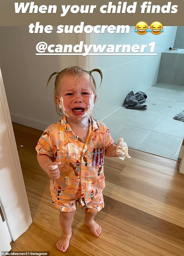 ¡Esa es una situación complicada!  El jugador de críquet David Warner compartió una divertida foto de su hija Isla Rose llorando después de quedarse atrapada en su crema para pañales el miércoles.