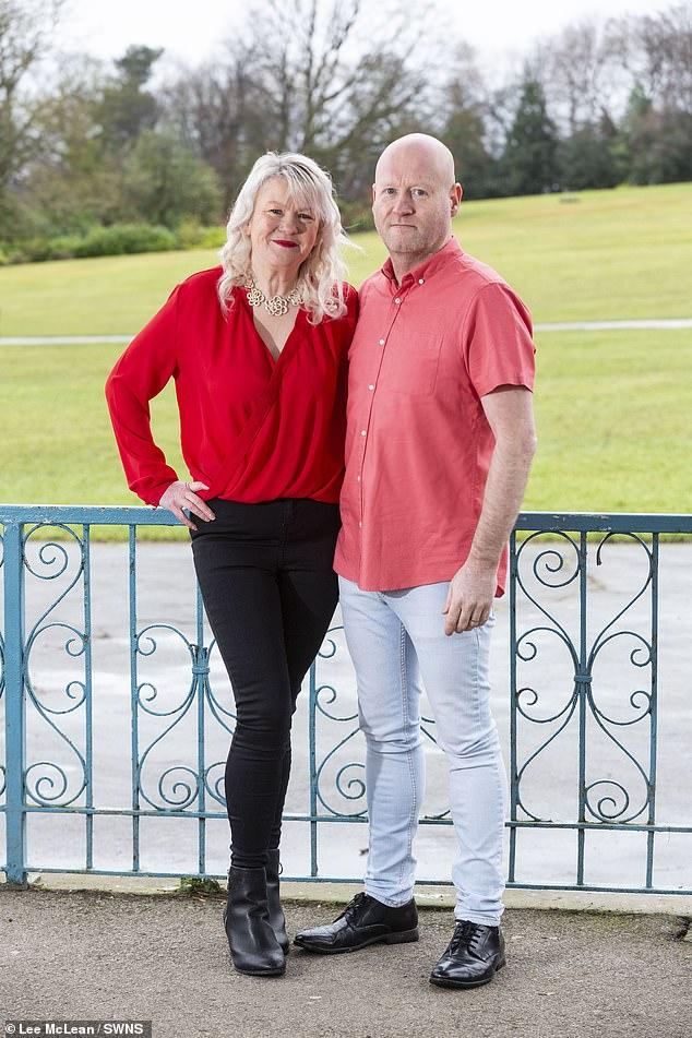 Lisa, 49, y Paul Sanderson, 46, (en la foto) de Barnsley, South Yorkshire, han perdido un total combinado del 12 después de verse en la televisión.