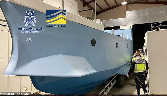Incautado: Este narcosubmarino con dos motores y tres ojos de buey fue encontrado en construcción en un almacén en Málaga como parte de una redada de drogas más amplia en España.