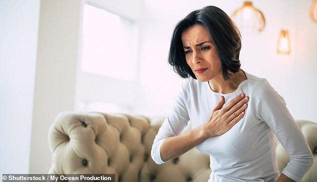 Las mujeres que experimentan ataques cardíacos tienen más probabilidades que los hombres de que los médicos diagnostiquen erróneamente sus síntomas de dolor en el pecho como ansiedad o estrés, advirtió un estudio (imagen de archivo)