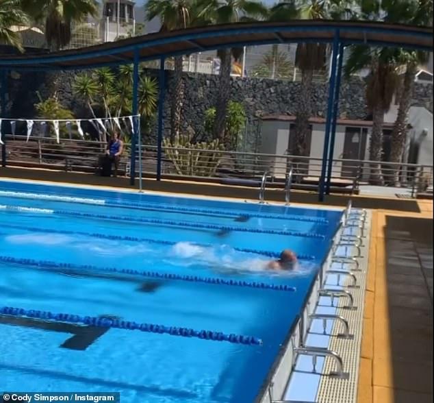 ¡Allá se va!  El músico convertido en nadador competitivo Cody Simpson está llevando su régimen al siguiente nivel al trasladar su entrenamiento a España