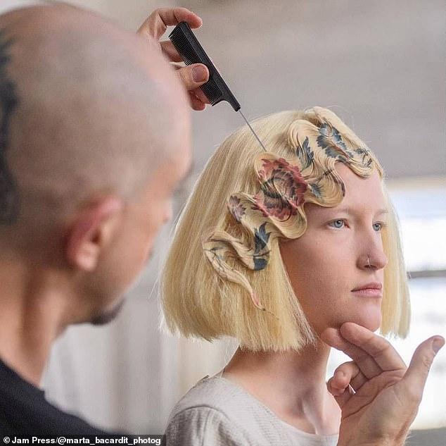 Alexis Ferrer, de España, creó una técnica innovadora llamada estampado de cabello y transforma los mechones en obras maestras artísticas adornadas con hermosas imágenes de pájaros, mariposas y flores.
