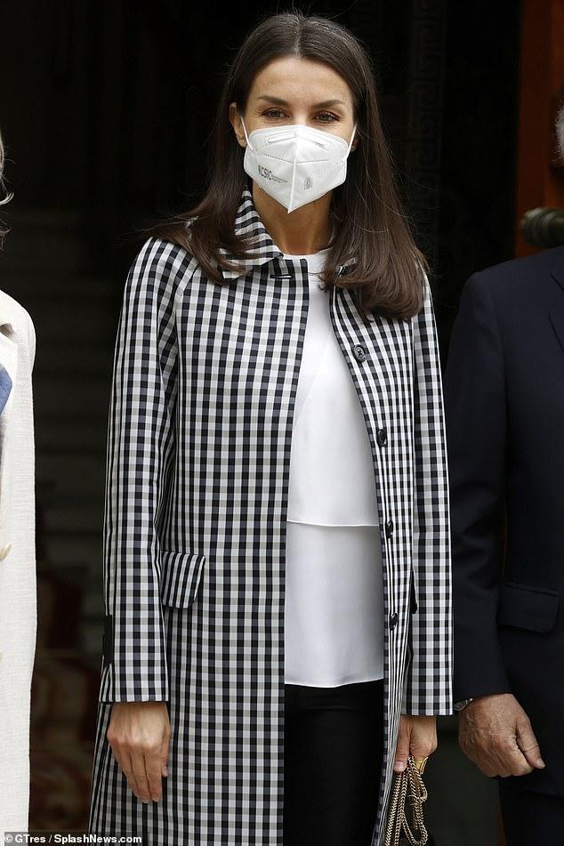 La reina Letizia de España demostró que hablaba en serio cuando llegó hoy a una reunión de trabajo con un elegante abrigo a cuadros y mallas de cuero (en la foto)