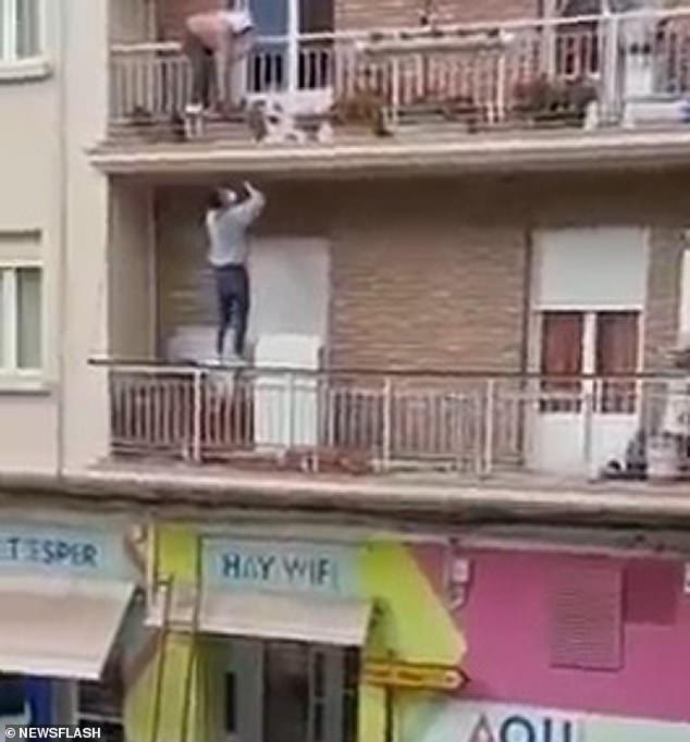 Un hombre ha escalado un edificio de dos pisos para rescatar a una vecina anciana después de notar que estaba a punto de caerse de su balcón.  Camilo Medina, de 24 años, subió a rescatar a la mujer de 80 años que se había quedado atascada en el balcón de un edificio en Calahorra, una ciudad de la región española de La Rioja, el lunes por la tarde.