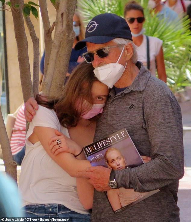 Tiempo en familia: Michael Douglas parecía relajado mientras abrazaba a su hija Carys, de 18 años, durante un paseo familiar por Mallorca el lunes.