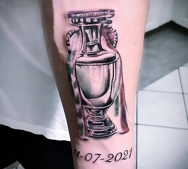 Gianluigi Donnarumma tiene un tatuaje del trofeo del Campeonato de Europa en su brazo izquierdo
