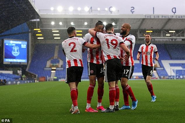 Los planes de pretemporada del Sheffield United se vieron sumidos en el caos por dos jugadores que dieron positivo