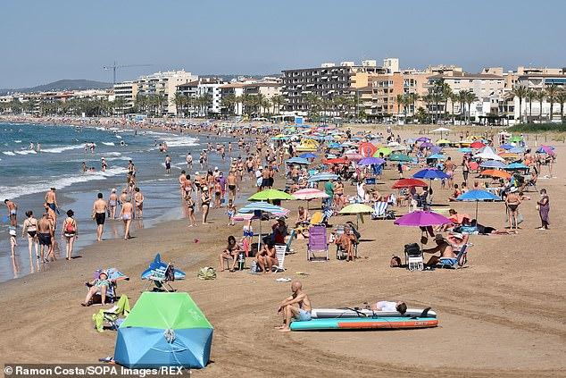 Es poco probable que España se agregue a la lista de 'ámbar más' de manera inminente, a pesar de que los datos muestran tasas de variantes Beta más altas allí que en Francia, insistieron los ministros anoche.  En la foto: La gente disfruta del sol y el clima cálido en la Playa Segur de Calafell Beach en Calafell