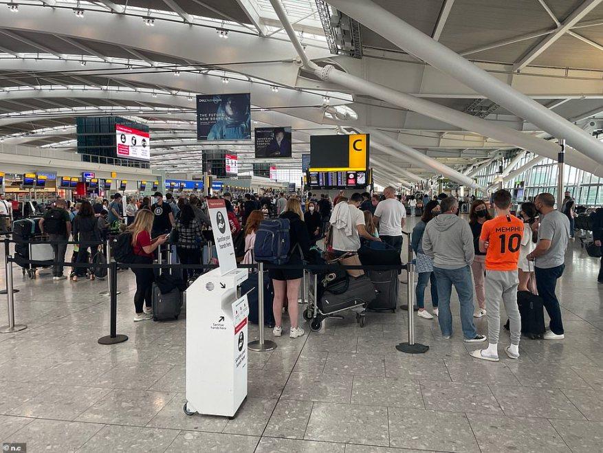 El aeropuerto de Gatwick dijo que espera recibir entre 250 y 260 vuelos y entre 25.000 y 27.000 pasajeros al día durante el fin de semana.  En la foto, Heathrow esta mañana