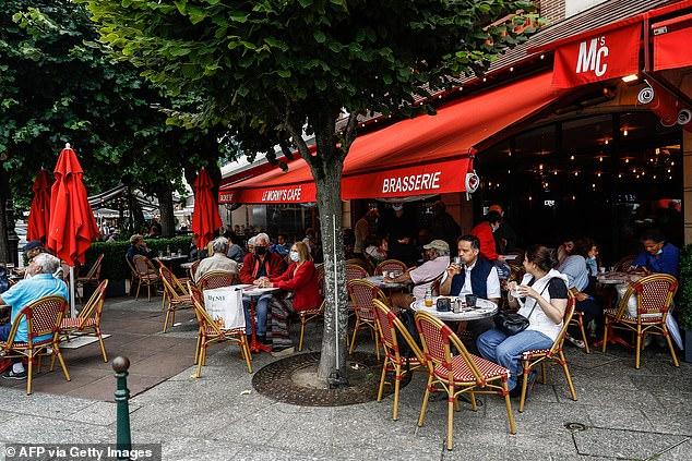 A los australianos no vacunados pronto se les podría prohibir la entrada a pubs y restaurantes, como ocurre en algunas partes de Europa, ya que los cierres paralizan los negocios de hostelería en Sydney.  Francia (en la foto es un restaurante en Deaville, el 27 de julio de 2021) ha introducido leyes que desde principios de agosto requerirán certificados de vacuna Covid para cualquier persona que ingrese a un entorno público interior