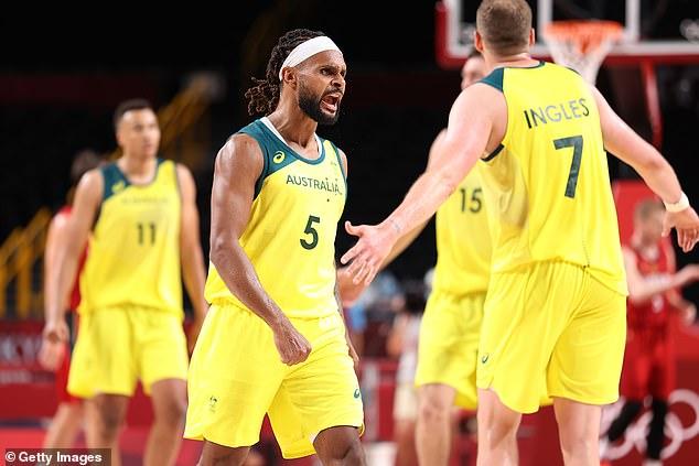 Patty Mills # 5 del equipo de Australia celebra durante el juego del Grupo B de la Ronda Preliminar de Baloncesto Masculino de Australia contra Alemania en el día ocho de los Juegos Olímpicos de Tokio 2020