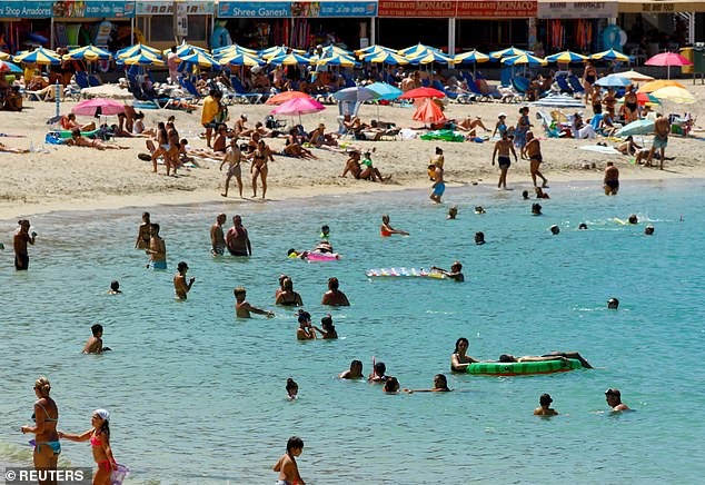 No se espera que España se agregue a la 'lista roja' cuando Grant Shapps entregue mañana una actualización de las reglas del semáforo.  Ayer se retrata la playa de Amadores en Gran Canaria