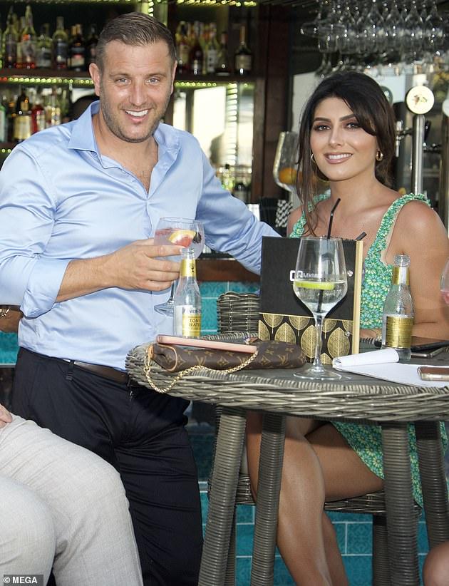 ¡Tiempo para celebrar!  El jueves por la noche, Sadie Wright, de 29 años, y su esposo Elliott, de 41, celebraron la reapertura de su restaurante, Olivia's, en Marbella España.