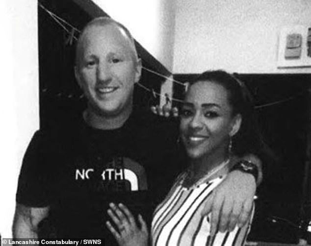 Se cree que Kelly Gibson, de 35 años, y Lee Rogers, de 39 (en la foto juntas) abordaron un vuelo de Glasgow a Alicante con su hija, Gracie-May Rogers, el martes.