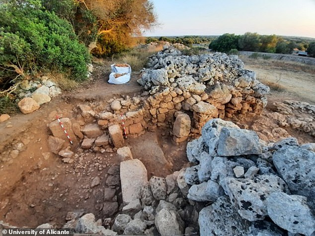 Los arqueólogos que excavan cerca del asentamiento talayótico en Menorca, España, han desenterrado un tesoro de artefactos de soldados romanos.