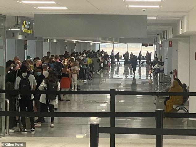 Los turistas británicos enfrentaron el caos de viajes el martes con esperas de una hora para pasar el control de pasaportes en el aeropuerto de Málaga