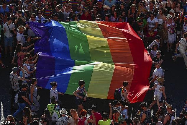 La gente marcha por Madrid con banderas del arco iris para celebrar el orgullo LGBTQIA + en julio de 2016