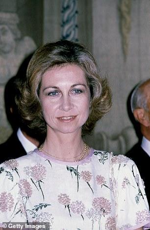 La reina Letizia de España ha vuelto a demostrar su frugalidad al reciclar un vestido de 40 años del guardarropa de su suegra la reina Sofía (en la foto) cuando se unió a su esposo el rey Felipe VI para recibir al presidente chileno en Madrid.