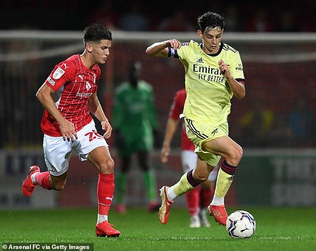 España está planeando una redada para el centrocampista sub-18 de Inglaterra y el Arsenal Charlie Patiño (derecha)