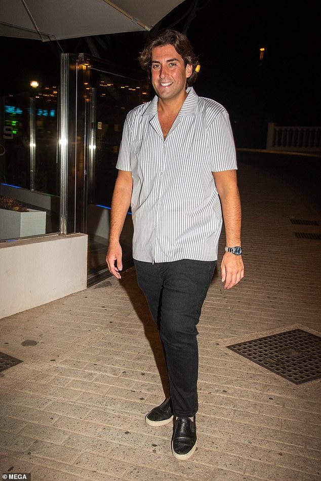 Impresionante: James Argent lucía muy animado mientras mostraba su delgada figura en el restaurante de Elliott Wright, Olivia's, en España el jueves por la noche.