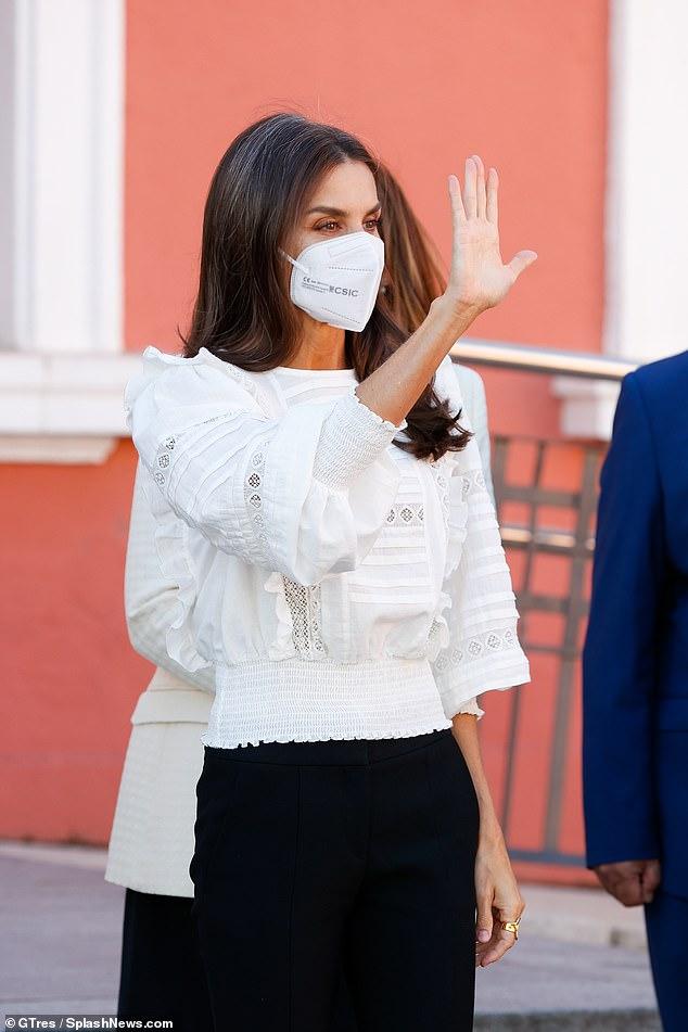 La Reina Letizia apostó por una camisa de volantes monocromática con sutiles bordados del mismo color de la marca, Uterqüe