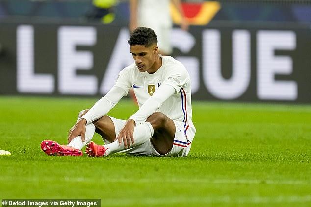 El United se quedará sudando por la forma física de Raphael Varane tras salir cojeando lesionado