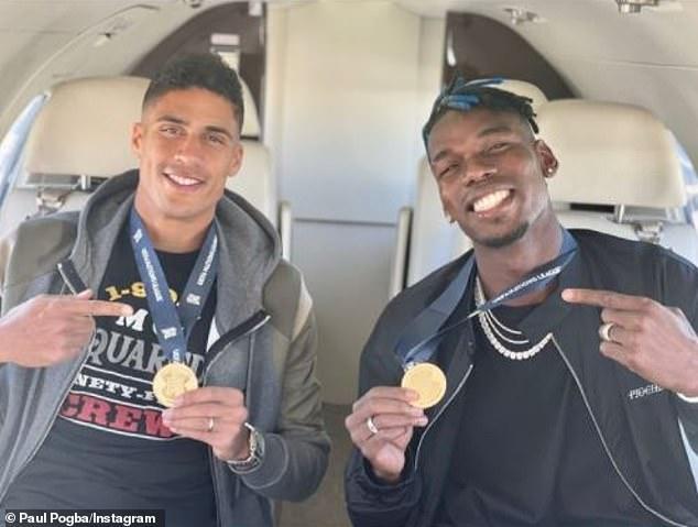 Paul Pogba y Raphael Varane parecían eufóricos mientras posaban con sus medallas de la Nations League.