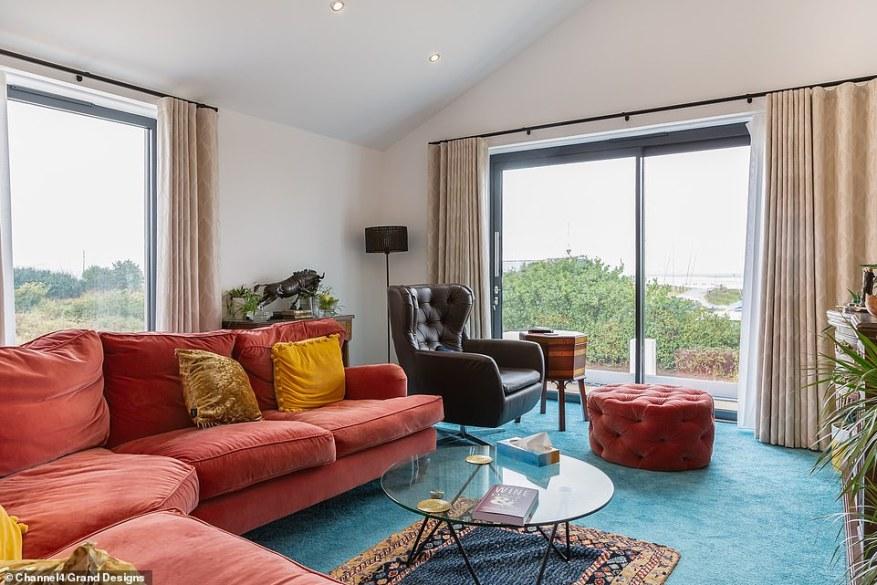 En el episodio de esta noche de Grand Designs de Channel 4, Geoff, de 63 años, quien creció en el East End de Londres, se muda a una caravana mientras el proyecto administra la construcción de una casa con estructura de acero en voladizo dramático en la costa de Essex, con un costo total de 700.000 £.  En la foto, la sala de estar