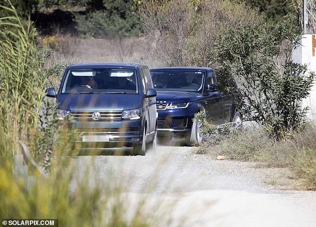 El convoy del primer ministro ha abandonado la villa española donde ha pasado la semana de vacaciones con su familia